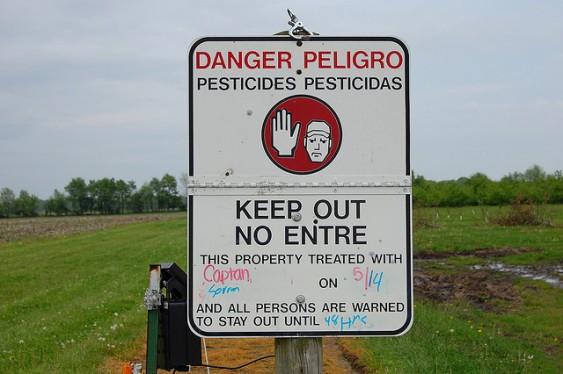 Danger: Pesticides / Pesticidas.
